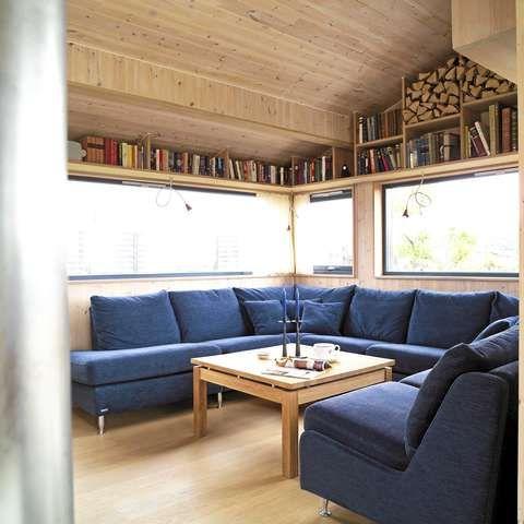 VEDLAGRING I BOKHYLLEN: De tre Brunstad-sofaene er satt sammen til en hyggelig hestesko. Alle tre er spesialbestilt med et slitesterkt, amerikansk stoff. I midten et Bolia-bord.