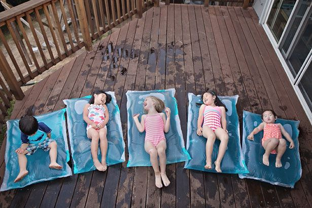 Fabriquez un matelas en eau pour vos enfants! Été rafraîchissant… Fabriquez un matelas en eau pour vos #enfants! En été il est toujours agréable de jouer à des jeux aquatiques, mais si vous n'avez pas d'espace pour installer une piscine pour vos enfants, vous pouvez maintenant créer un matelas en eau! Vous n'avez pas besoin de beaucoup de matériaux et celui-ci sera un jeu rafraîchissant pour eux! #Diy #inspiration #bricolage #astuces http://fr.tools4pro.com