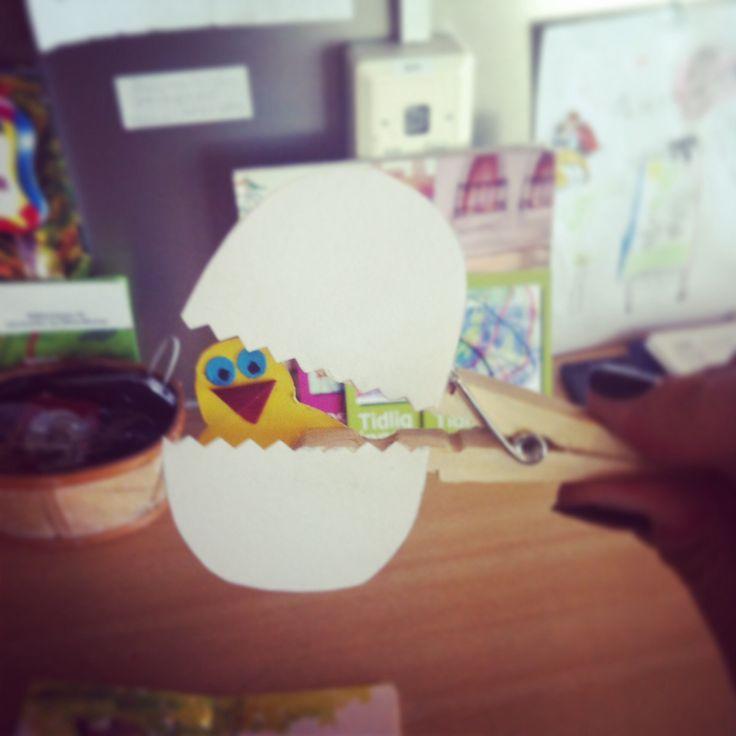En liten kylling i egget lå.  Egg å kylling limt på klesklype!