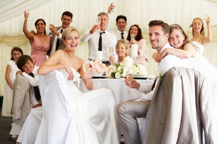 当日集合写真(お持ち帰り用) 披露宴に来て頂いたゲストの方全員と記念撮影をし、その日のうちに現像、お持ち帰り頂く演出です。 ゲストの方全員と記念撮影をする機会はほとんどないため、ゲストにとっても新郎新婦のお二人にとっても思い出になります