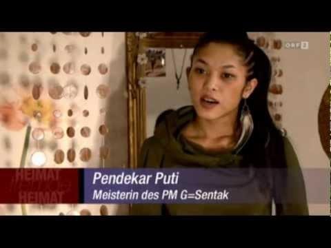 """Mehr Information: http://www.pandeka.com/ . Ein Bericht von David Hradetzky. Austrian television ORF 2.  2012 .01.22  """"Heimat fremde Heimat"""" """"PM G Sentak"""" ist eine Kampfkunst aus West-Sumatra in Indonesien. Sie wird dort seit vielen Jahrhunderten im Kreise der Familie weitergegeben. Doch mit dem Begriff """"Kampfkunst"""" ist bei Weitem nicht alles ge..."""