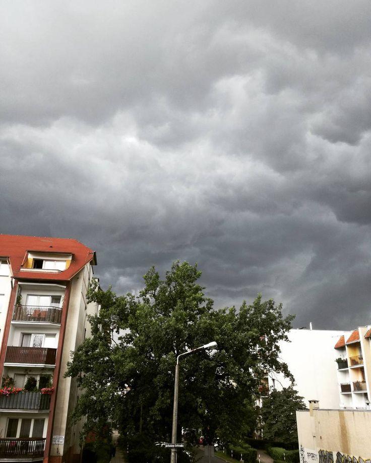Czy z tej chmury pierdolnie?  Tak bo Michał ma wolne.  #clouds #storm #dark