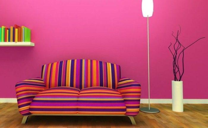 palette de couleur, salon aux murs peints en rose foncé, canapé rayée en violet jaune et bleu, vase blanche avec fleurs séchées