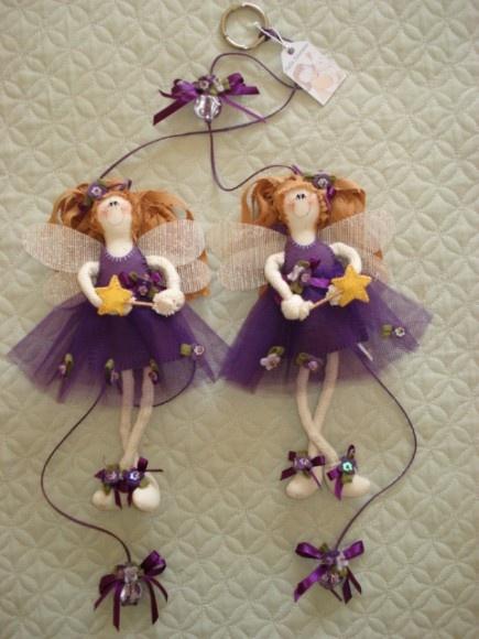 Móbile contendo duas bonecas (confeccionadas em algodao cru, tricoline, feltro e tule), cordão da cor das bonecas, pingentes decorados e argola pra fixar no varão. R$65,00