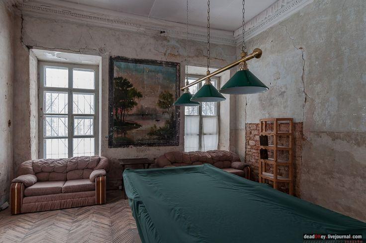 усадьба Знаменское-Раек 1 этаж. Жилая комната.   Комната не сохранила декоративной отделки, кроме живописного панно в простенке между окнами