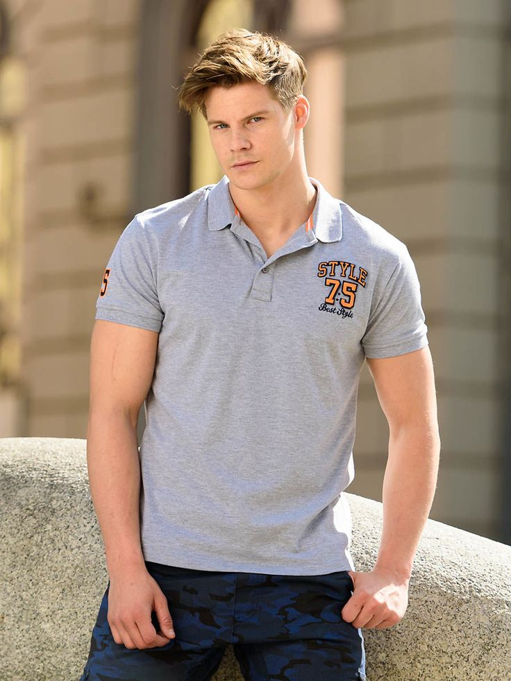 It's an expressive summer outfit from Bolf in neutral colours. A sporty polo shirt matches jeans or shorts. This time we unusually match it with amazing camo cargo trousers in the shade of navy blue. Result? Original and eye-catching everyday look.