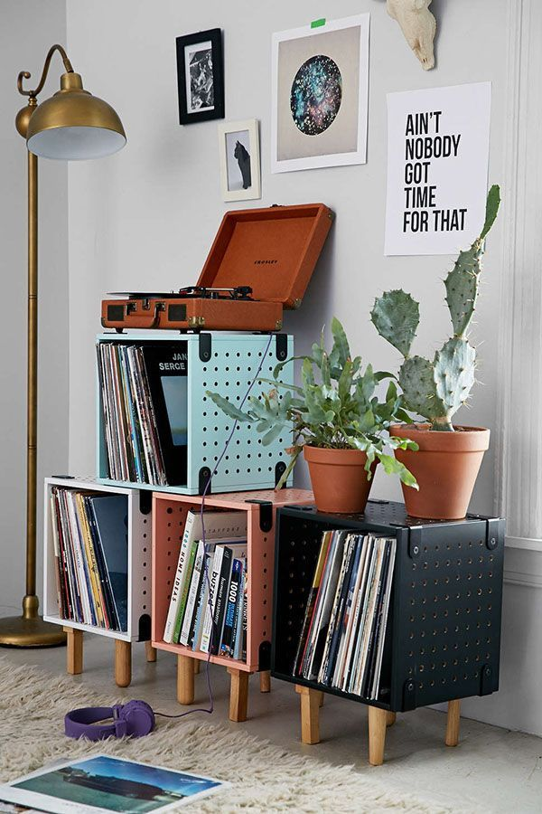Adorei este canto, destaque para o gira-discos e para as pequenas estantes com os discos.