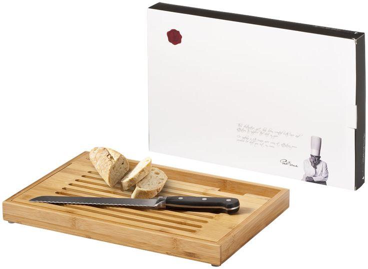 Snijplank met broodmes. Snijplank met geïntegreerd broodmes welke ideaal is voor het snijden van brood. Het horizontale open patroon laat kruimels vallen in de lade. Het houdt uw werkruimte of dinertafel kruimel-vrij. Geleverd in een unieke Paul Bocuse geschenkverpakking. Exclusief design. Bamboe.  Graveren - 160 mm x 33 mm - Cutting board / Rechts midden - 0 Diameter mm - max. 1 Aantal kleuren.