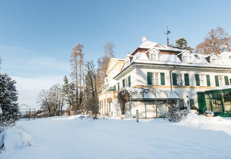 Feiern Sie Ihre Weihnachtsfeier im Biohotel Schlossgut Oberambach nahe München: Von der Abholung mit dem Bus, über ein Begrüßungsgetränk am privaten Zugang zum Starnberger See bis zur weihnachtlichen Feier in unserem Anwesen - wir gestalten Ihre Firmenweihnachtsfeier individuell für Sie!