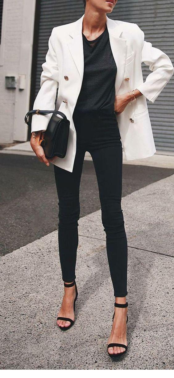 Schönes schwarzes Outfit mit weißem Blazer