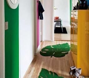 Узкий коридор с яркими ковриками