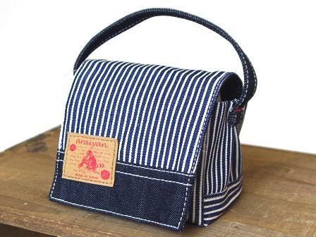 デニム雑貨を中心にデニムバッグやデニムを使用した小物を販売している岡山県のOKAYAMA DENIM LABO araiyan(アライヤン)です。確かな技術で作られた岡山のデニム、倉敷の帆布を使った商品を多数販売しております。|商品詳細 おにぎりが2個入る、持ち手付き三角ポーチ。立体的な形なので、おにぎりを変形させずに持ち歩けます底が広くフタ付きなので、小物入れとしても使えます。
