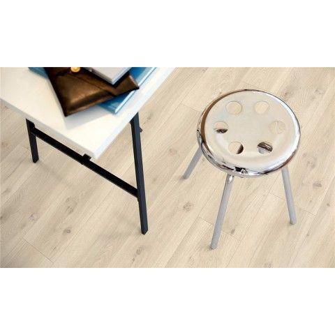 Pergo Classic Plank Modern Grå Ek - Premium - Vinylgolv  Modern grå ek ger hemmet en ljus och mjukt skandinavisk känsla. Kvistar och ett solblekt yttre gör att det här golvet passar både en modern lantlig inredning och en yngre, modernare stil med livfulla, fräscha färger.