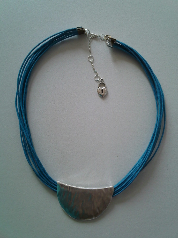 Collar luna, en este caso el cordón es azul pero como con el resto de productos se puede escoger el color que más te combine