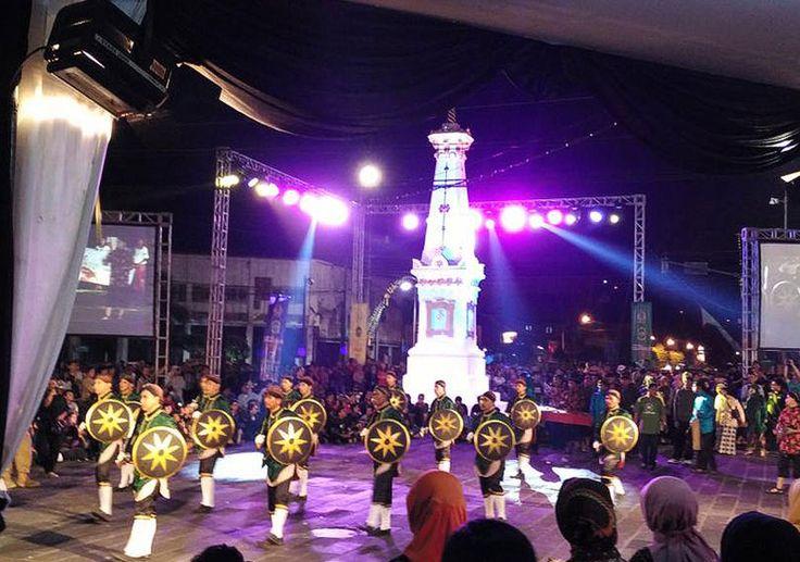 """Puncak rangkaian perayaan Hari Ulang Tahun kota Yogyakarta ditutup dengan penyelenggaraan Pawai Budaya Jogja yang berlangsung meriah mulai sore hingga malam ini (7/10). Sesuai dengan tema """"Pesta Rakyat Jogja"""", pawai kali ini melibatkan tidak kurang 4000 warga Jogja sebagai wakil dari 14 kecamatan yang mempersembahkan berbagai bentuk pertunjukan seni budaya."""
