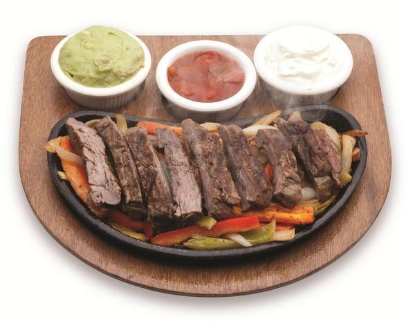 Etten vazgeçemeyenlere… Avokado-salsa ve ekşi krema sosları ile servis edilen benzersiz bir Meksika yemeği: Etli Fajita.