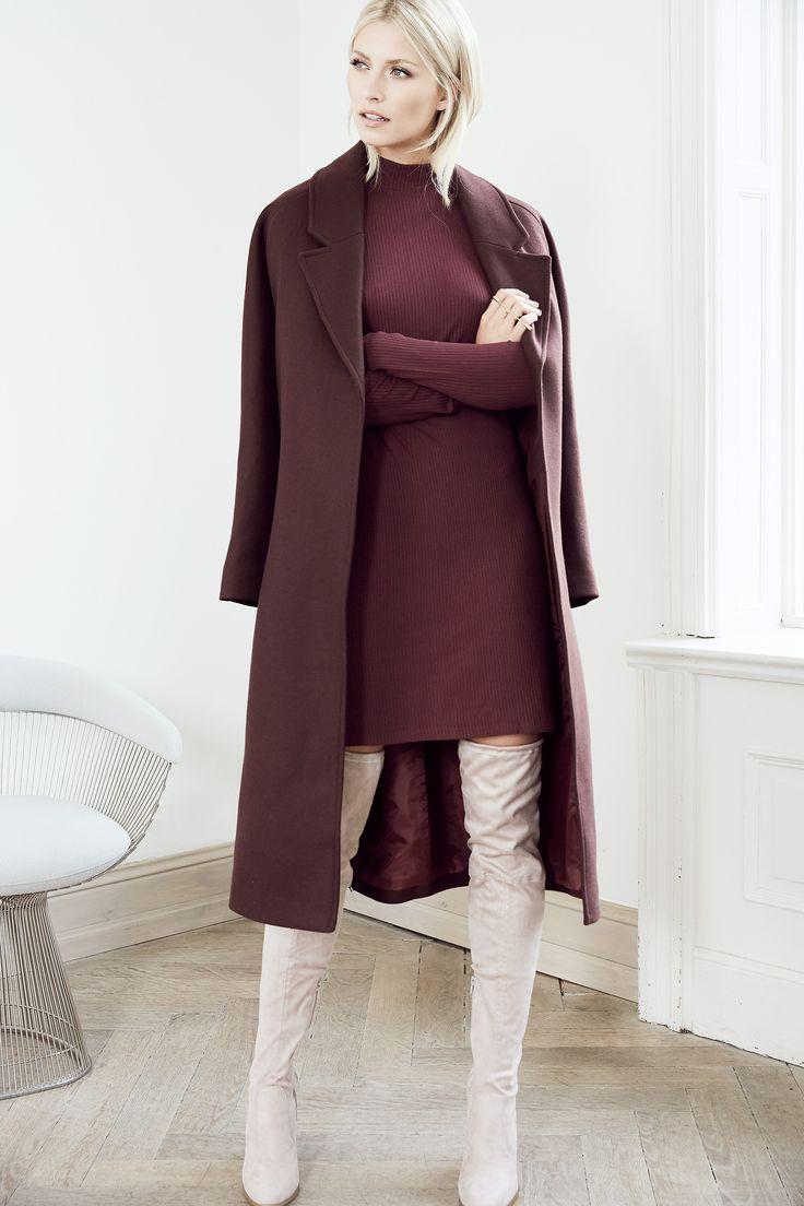 @aboutyoude Idol Lena Gercke in ihrem WARM BORDEAUX OUTFIT mit Overknees aus Wildleder zum Strickkleid und lässigem Oversized-Mantel.