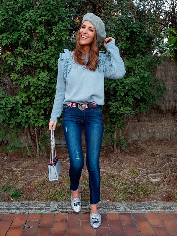Tras la pista de Paula Echevarría » LIGHT BLUE. Light blue sweater+cropped jeans+silver glitter slides+grey beret+printed belt+light blue printed chain shoulder bag. Late Winter Casual Outfit 2018