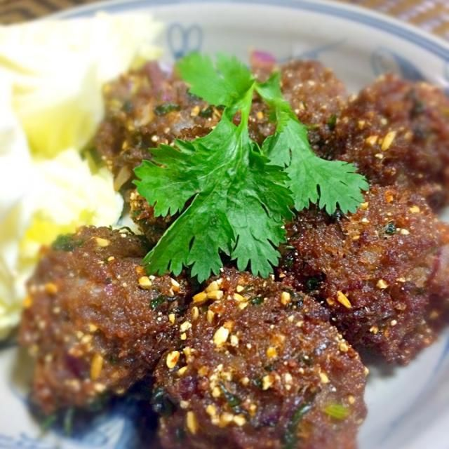 タイ東北部の代表的料理「ラープ・ヌア(牛ひき肉サラダ)」を揚げたラープ・ヌア・トード。  カリカリした食感の表面と酸っぱくて辛くてハーブたっぷりの味わいのコンビネーションが最高!! - 27件のもぐもぐ - ラープ・ヌア・トード(牛ひき肉サラダの揚げ物) by mekonfoods