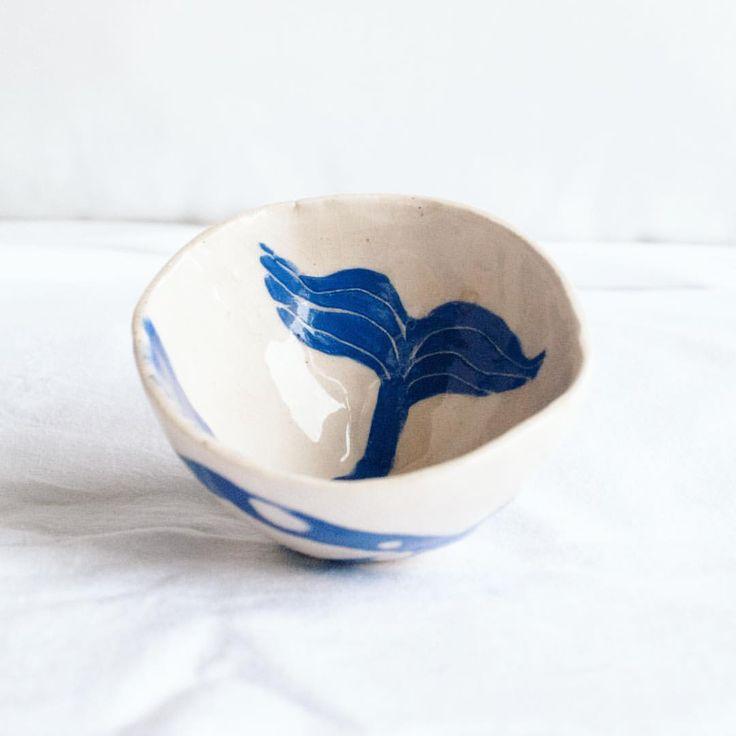 [STOKTA] Hafta bitmiş diye duydum. Deniz Serisi, 5 cm kase. Beyaz çamur elde açıldı, üzerine mavi astar atılıp desenler elle kazındı. Sipariş üzerine yapılır. #günaydın #seramik #clay #design #tasarım #deniz #balık #istanbul #okyanus #sea #ocean #pottery #morning