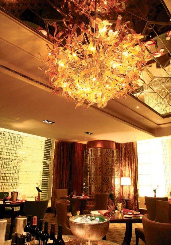 Огненная люстра для ресторана http://www.lustra-market.ru/blog/ognennaya-lyustra-dlya-restorana/  Эта замечательная люстра напоминает огонь, пылающий в камине! Благодаря её тёплому, согревающему свету, зал ресторана стал особенно уютным, почти домашним!