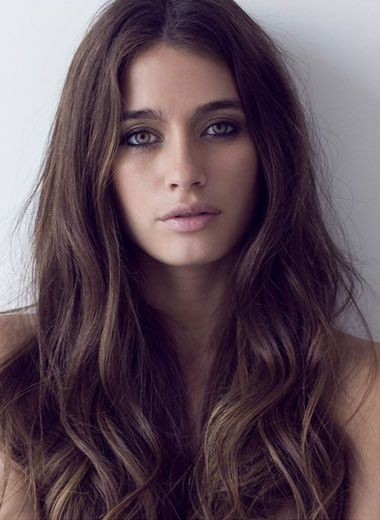 de longs cheveux peine onduls dans les pointes encadrent le visage de cette femme - Coloration Cheveux 61