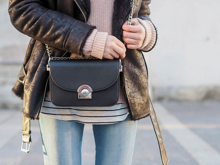 OUTFIT: rosa Pullover, Sneakers, Jeans & Lammfelljacke Meinen momentanen absoluten Lieblingslook seht ihr auf www.herzmelodie.com fashion outfit lieblingslook fashionblogger austrianblogger look