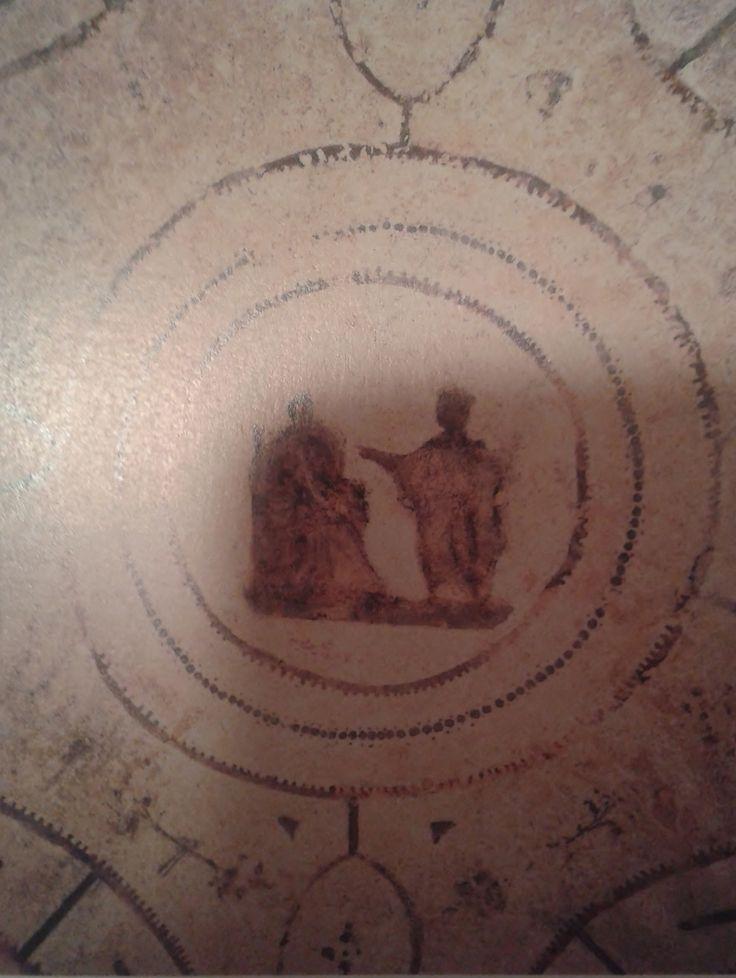 Imagen central de la pintura del techo de la cámara de la Anunciación con la escena que le da el nombre. Este hecho bíblico se representó utilizando los elementos narrativos estrictamente necesarios. Catacumbas de Priscila en la Via Appia, Roma, Italia.