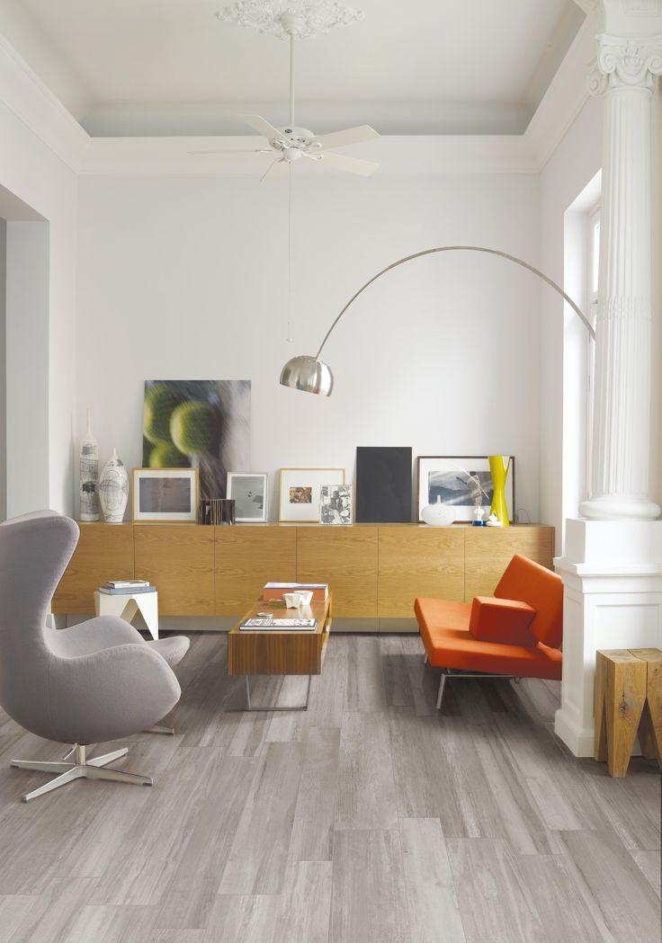 Living realizzato con a pavimento un gres porcellanato effetto legno . Collezione Travel - colore Eastgrey