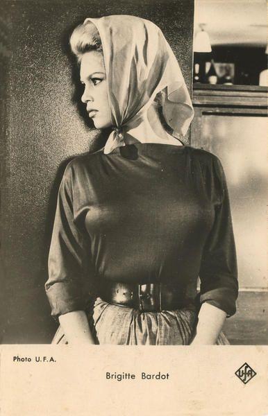 """Cruzado mágico. En sus películas, Brigitte Bardot solía llevar jerséis ajustados que marcaban sus pechos de forma algo exagerada, al  modo de las maggioratas italianas, con sus abundantes pechos. No podía competir con Sophia Loren, pero lucía el encanto de la ingenuidad. <a href=""""http://www.youtube.com/watch?v=0fxzcu2ktDA"""">(Ver vídeo de BB cantando """"Sidonie"""")</a>"""