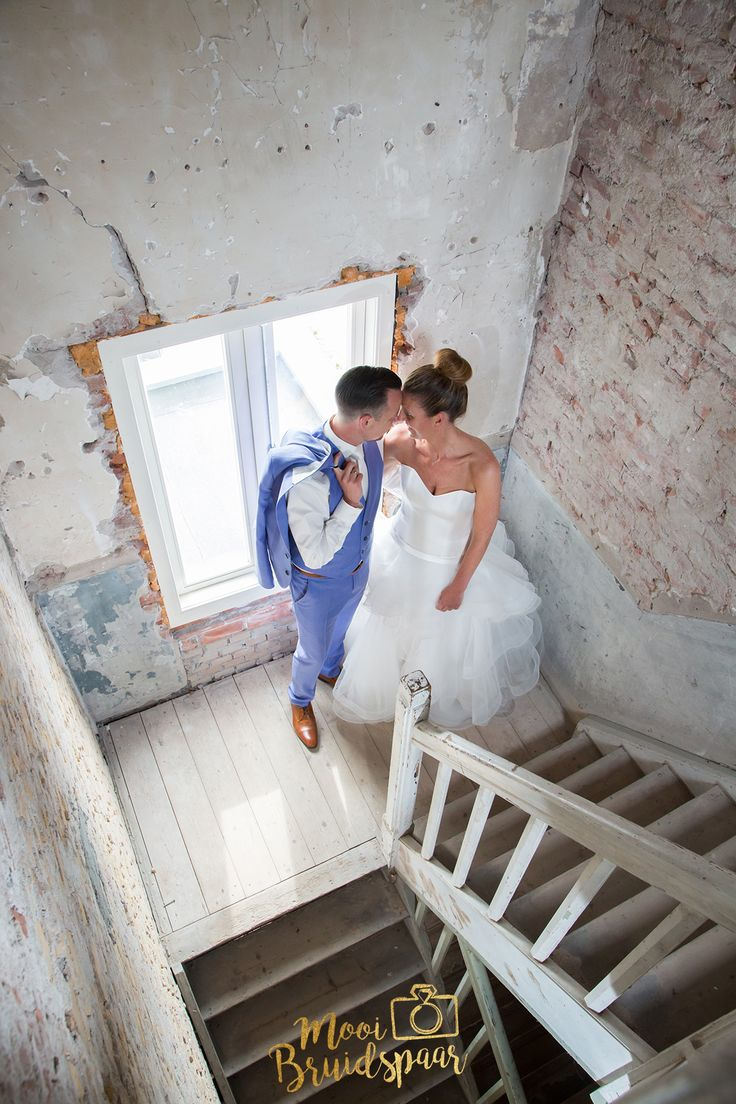 Stoere trouwfoto's in een verlaten pand. Beton, roest, steen en oude houten trappen. Hele gave combinatie