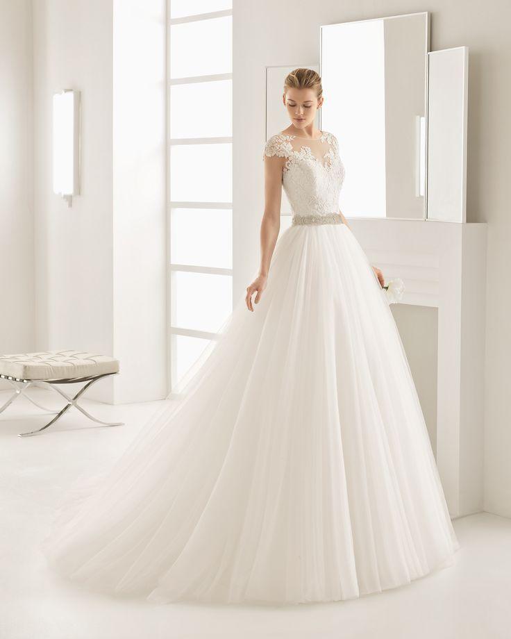 Vestido de noiva com corpo de guipura e brilhantes e saia de tule. Coleção 2017 Rosa Clará Two
