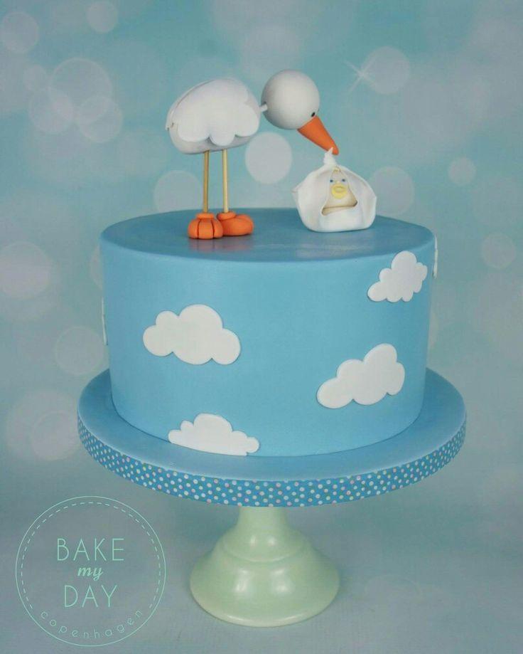 En super flot og sød babyshower kage med håndlavet stork på toppen.  Læs mere på www.bakemydaydk.com