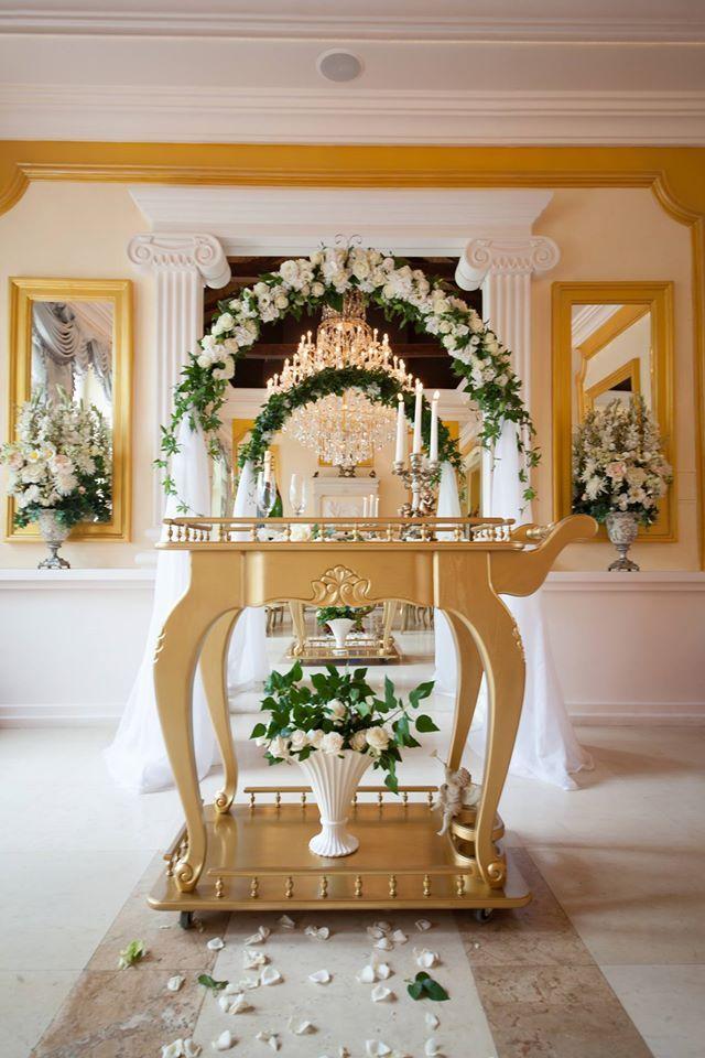 """Олтарът в ритуална зала """"Траян"""" - прекрасна цветна феерия и позлата, за да бъде общото Ви начало изпълнено с вълшебно очарование!"""
