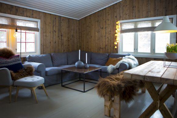 HYTTA: Selve hyttefølelsen er viktig for Randi. De gamle treveggene og det malte golvet gir en god ramme rundt den intime stuen. Her er det myke møbler som gjelder, og reale naturmaterialer. (Foto: Heida Gudmundsdottir)