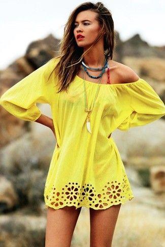 Look de moda: Túnica Playera Amarillo, Top de Bikini de Leopardo Rojo, Braguitas de Bikini de Leopardo Rojas
