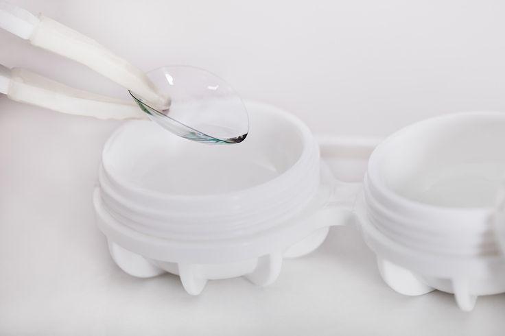 Можно ли держать мягкие контактные линзы в воде?   Никогда не держите мягкие контактные линзы в воде. Более того, водопроводную, бутилированную или дистиллированную воду нельзя использовать в качестве раствора для очистки и дезинфекции контактных линз. Также, вода — в том числе бутилированная и дистиллированная — не соответствует кислотности слезы, то есть не соленая. В силу таких различий, если держать мягкие контактные линзы в воде, то они могут изменить форму или попросту приклеиться, что…