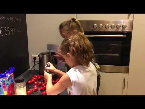 Kinderkookworkshop 17-10-2017 Mimi koken en tafelen  tomaatjes prepareren om te roosteren in de oven