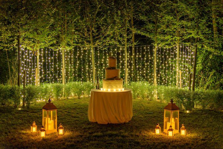 Rendi scintillante il taglio della tua torta nuziale con lanterne e tendine luminose