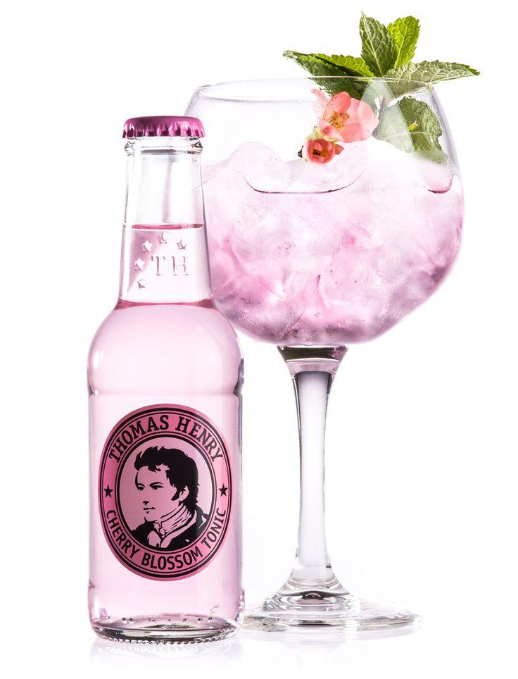 Flüssige Hommage ans Kirschblütenfest. Die Kirschblüte ist eines der wichtigsten Symbole in der Kultur Japans, steht sie doch für zu neuem Leben erweckte Natur, für Vergänglichkeit und für pure Schönheit. In dieser Tradition steht unser Thomas Henry Cherry Blossom Tonic: ein kleines Kirschblütenfest im Glas, das Jahrhunderte altes Brauchtum aus Fernost mit der Experimentierfreude innovativer …