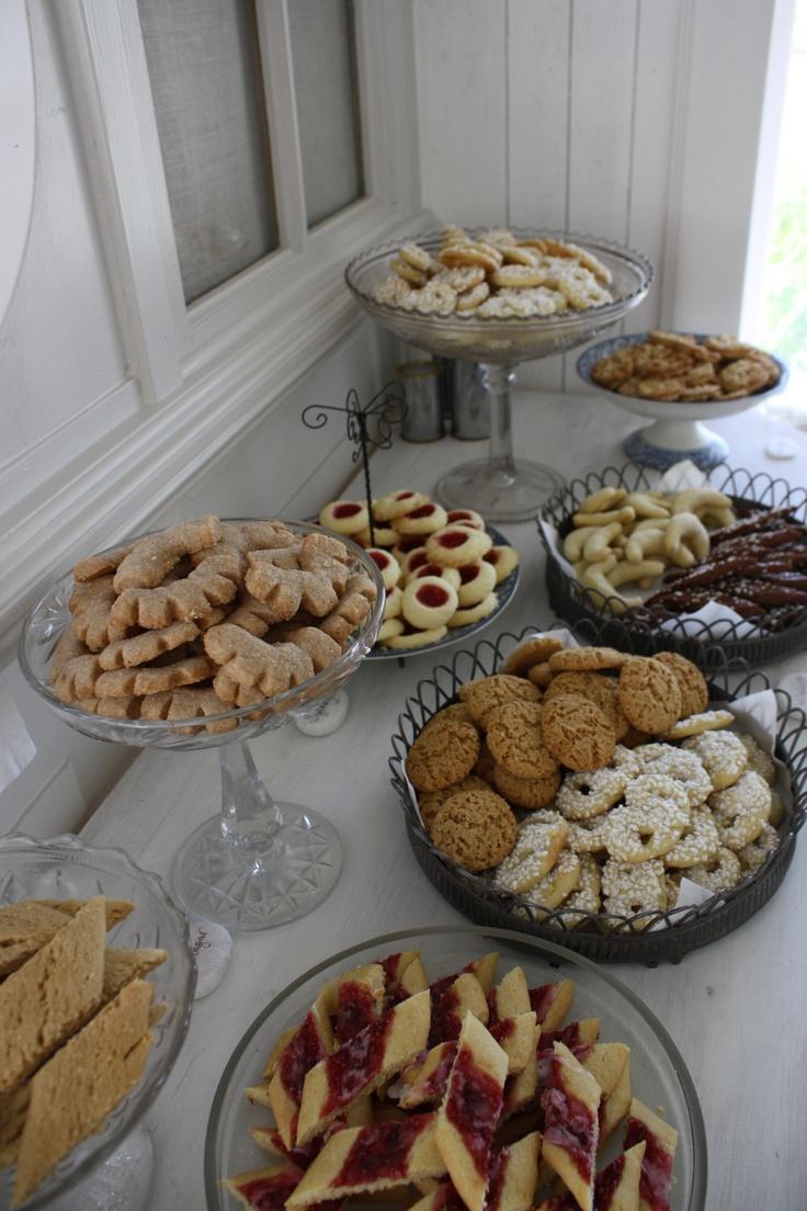 Klassiska kakor som kanelbågar, skrädmjölsdrömmar, syltkyssar, sockerkringlor och vaniljhorn.