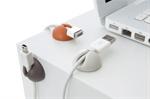 Er du lei av kabler som ligger rotete eller som stadig faller ned fra bordet? Mens vi venter på at strømmen vil overføres trådløst kan disse kabelfikserne holde dine ledninger elegant på plass. De holder ledninger av ulik størrelse, alt fra vanlige strømledninger, USB-kabler etc. De kan plasseres på bordet eller på siden av bordet avhengig av om du ønsker at de skal synes eller ikke. På baksiden sitter en sterk dobbeltsidig tape som fjernes når den settes fast. Kommer i pakker med seks stk.