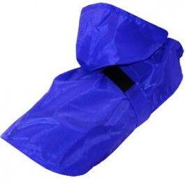 Este chubasquero de Kiwoko protege a tu perro de la lluvia con un elegante diseño ajustable en color azul  Características:  Es perfecto para las épocas de lluvia, para que tu perro pueda pasear y jugar sin mojarse. Cuenta con una goma ajustable en el cinturón de parte media del lomo y unas gomas elásticas para que se ajuste a las patas de tu mascota.