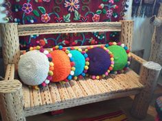 Almohadones Con Pompones, tejidos en telar en sillón norteño de madera de cardón