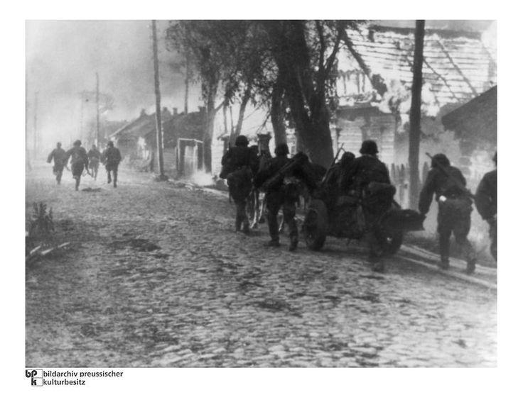 Weißrussland:  Eine Einheit der Waffen-SS rückt 1941 mit einer bespannten...