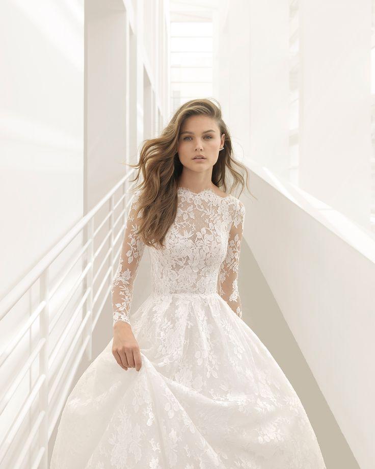 Vestido de noiva estilo princesa de renda de manga comprida, com decote tipo barco, costas em V e transparências. Coleção 2018 Rosa Clará Couture.