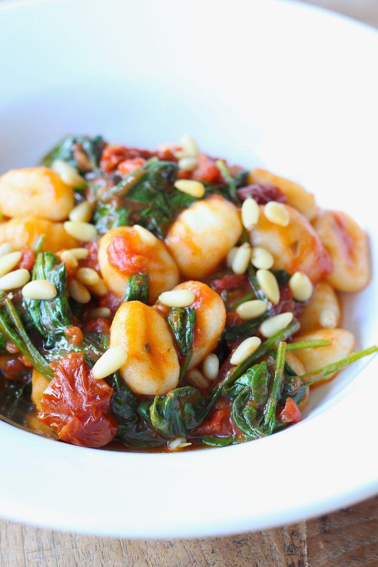 Een heerlijk recept voor de maandag: vegetarische gnocchi met spinazie en zongedroogde tomaat. Smaakt ook prima op een andere dag trouwens // Francesca Kookt