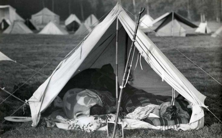 Jamboree, padvinderij, scouting. Twee padvinders liggen in een open tent op geïmproviseerde bedden. Voortrekkerskamp (verkennerskamp), op de Wereldjamboree, Nederland, Vogelenzang, zomer 1937. - Het Geheugen van Nederland - Online beeldbank van Archieven, Musea en Bibliotheken