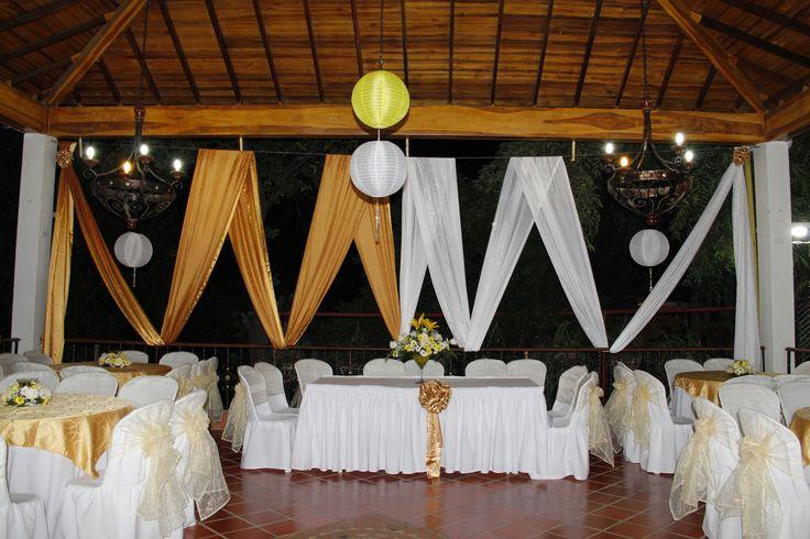 decorando en villa cristina con veleros, telas al aire, globos y flores