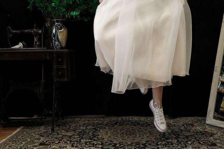 Μην ξεχνάς ότι την ημέρα του γάμου σου πρέπει να πετάς! Photo by George Adamos #bridal #meglam #detail #happy #love #fly
